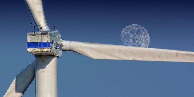 Ples eoliennes de dos devant la lune