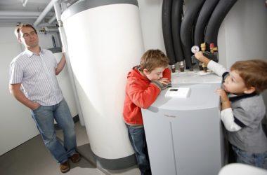 Homme installant pompe a chaleur avec ses enfants